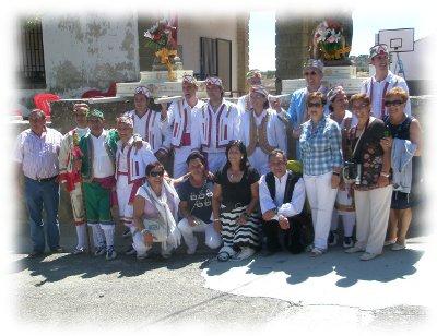 El grupo de danzantes tras una actuación.